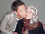 "... / Pismo majke Mesuta Ozila koje drži na zidu: ""Nisi moj sin"""