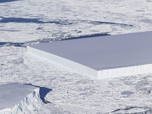 """Savršeno """"izrezana"""" santa leda odvojila se od grebena na Antarktiku"""