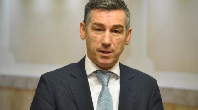Veseli Vučiću: Nema potrebe da čitaš 500 stranica…