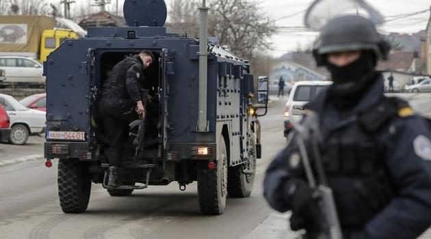 Nakon hapšenja, kosovska policija sprovodi Đurića ka granici sa Srbijom